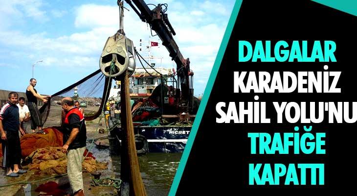 Dalgalar Karadeniz Sahil Yolu'nu Trafiğe Kapattı