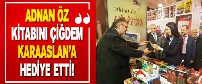 Adnan Öz Kitabını Çiğdem Karaaslan'a Hediye Etti!