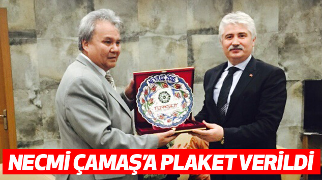 Necmi Çamaş'a Plaket Verildi